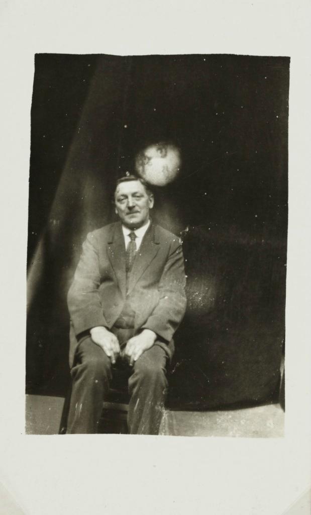 Сеанс спиритической фотографии. Снимки призраков и история фотографа-медиума Уильяма Хоупа