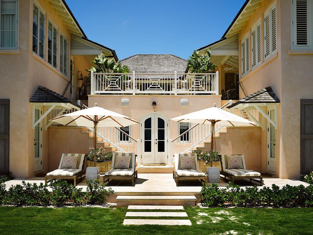 дом у моря, входная группа со стороны усадьбы, шезлонги, зонтики. два крыла дома