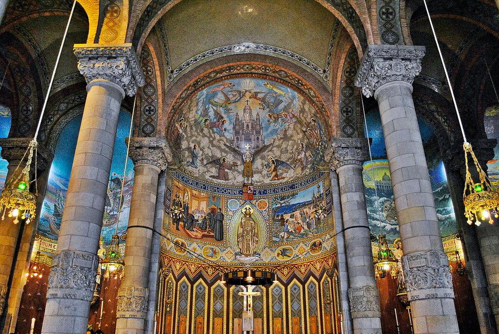 Dentro do templo do Sagrado Coração