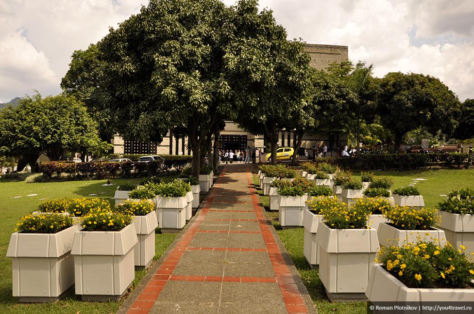 0 14e9b6 d1109abf orig День 171. Кладбище, где похоронен колумбийский наркобарон Пабло Эскобар, и его дом в Медельине