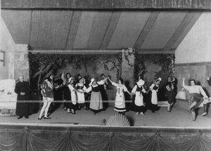 """Сцена из комедии в 3-х действиях Бурынина """"Сердце принцессы Озеры"""". Артисты (слева направо): 1-й - пастор - Левашев; 2-й - принц Рудольф - Боронихин; 7-я - принцесса - Н.Н. Музель-Бороздина; 2-й справа - мельник - Токорков."""