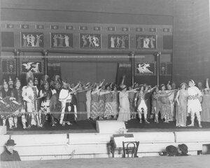 """Сцена из оперетты Ж. Оффенбаха """"Прекрасная Елена"""" с артисткой В.И. Пионтковской в главной роли."""