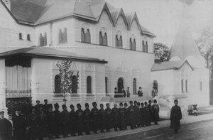 Группа ветеранов-конвойцев у нового здания  офицерского собрания Собственного Его Императорского Величества Конвоя.