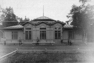 Солдаты полка у павильона.