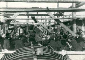 Группа инженеров на стапелях наблюдает за сваркой металлических частей подводной лодки в день закладки зданий отдела Подводного плавания в присутствии морского министра адмирала И.К. Григоровича.