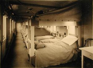 Внутренний вид одного из вагонов III класса со станками Коптева на рессорах.