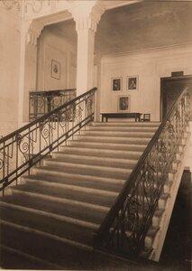 Вид лестницы, ведущей на III этаж здания.