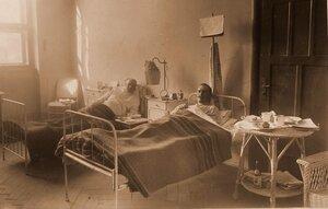 Раненые в отдельной офицерской палате № 12.