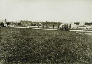 Солдаты роты за наполнением газом аэростатов во время подготовки к боям.