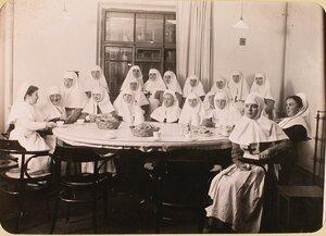 Группа сестер милосердия за чаем в столовой госпиталя, оборудованного в здании Политехнического института.