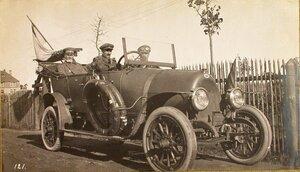 Командующий XII армией генерал от инфантерии В. Н. Горбатовский в автомобиле по дороге на позиции.