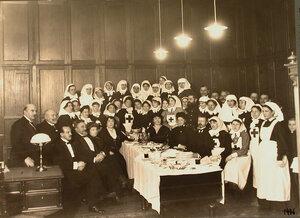 Группа сестёр милосердия и гостей - участников концерта, устроенного в лазарете.
