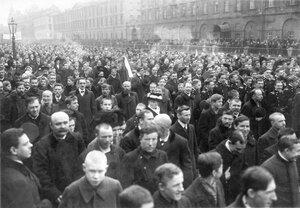 Участники манифестации с флагами и плакатами идут от Невского проспекта по обеим сторонам Екатерининского канала.