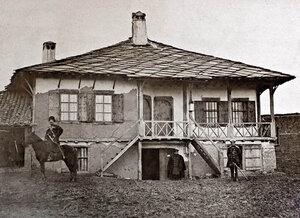 Казаци и руски офицери пред къщата на Иван Стойков-Троянчанина в Пордим, където се помещава Главната щаб-квартира на руската армия, 26 октомври - 15 декември 1877 г.