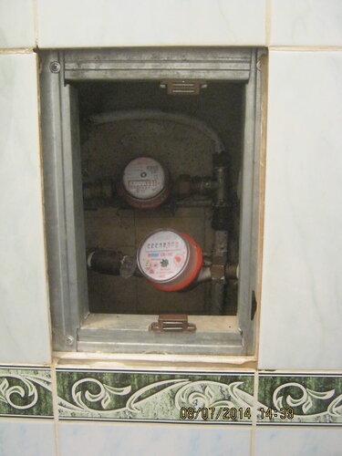 Часто встречаются такие ситуации: счетчики и клапана замурованы за фальш-стенкой. Доступ есть лишь через окошко