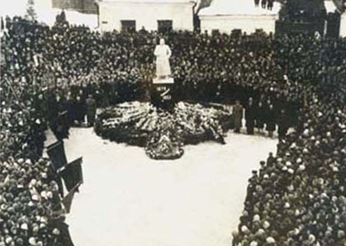 Памятник Сталину и митинг в день смерти вождя, г. Павлово на Оке, 1953