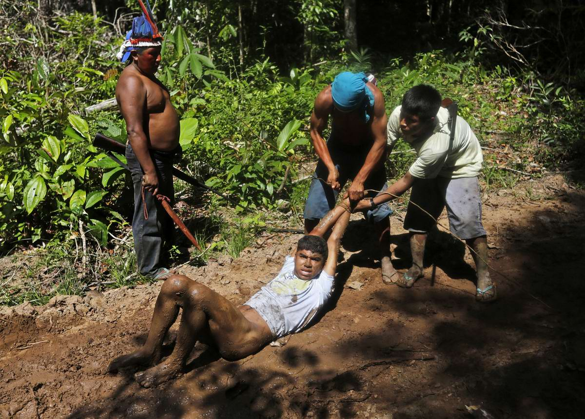 Связывание рук всем захваченным браконьерам с одновременным стягиванием с них штанов (4)