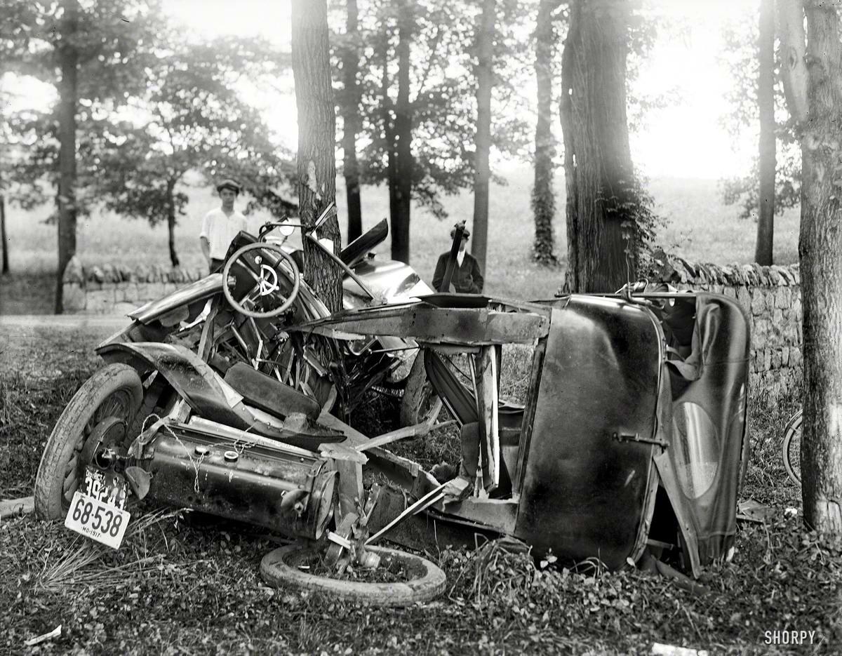 Завершение пикника на обочине: То, что осталось от автомобиля после удара о дерево (1917 год)