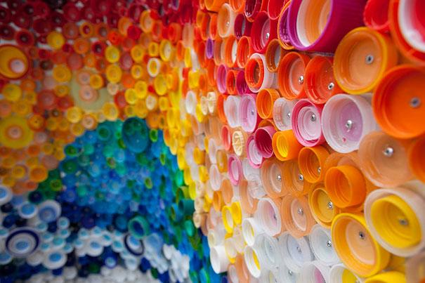 Мозаика из крышек от пластиковых бутылок
