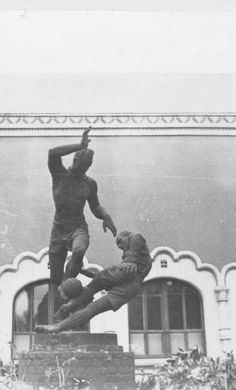 68683 Скульптура «Футболисты» около входа в Третьяковскую Галерею 1959год.jpg