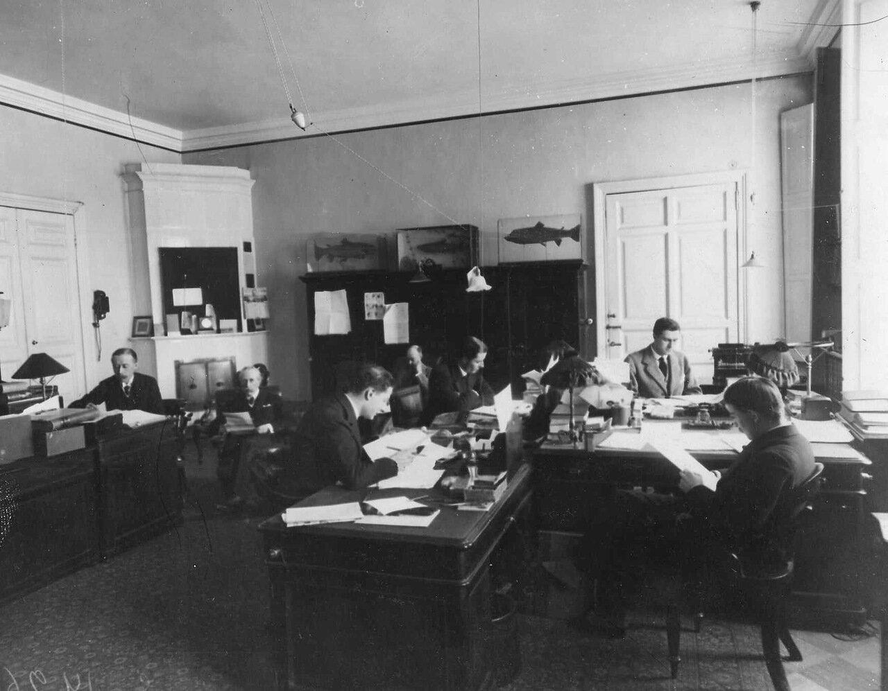 25. Сотрудники посольства за работой. 1914