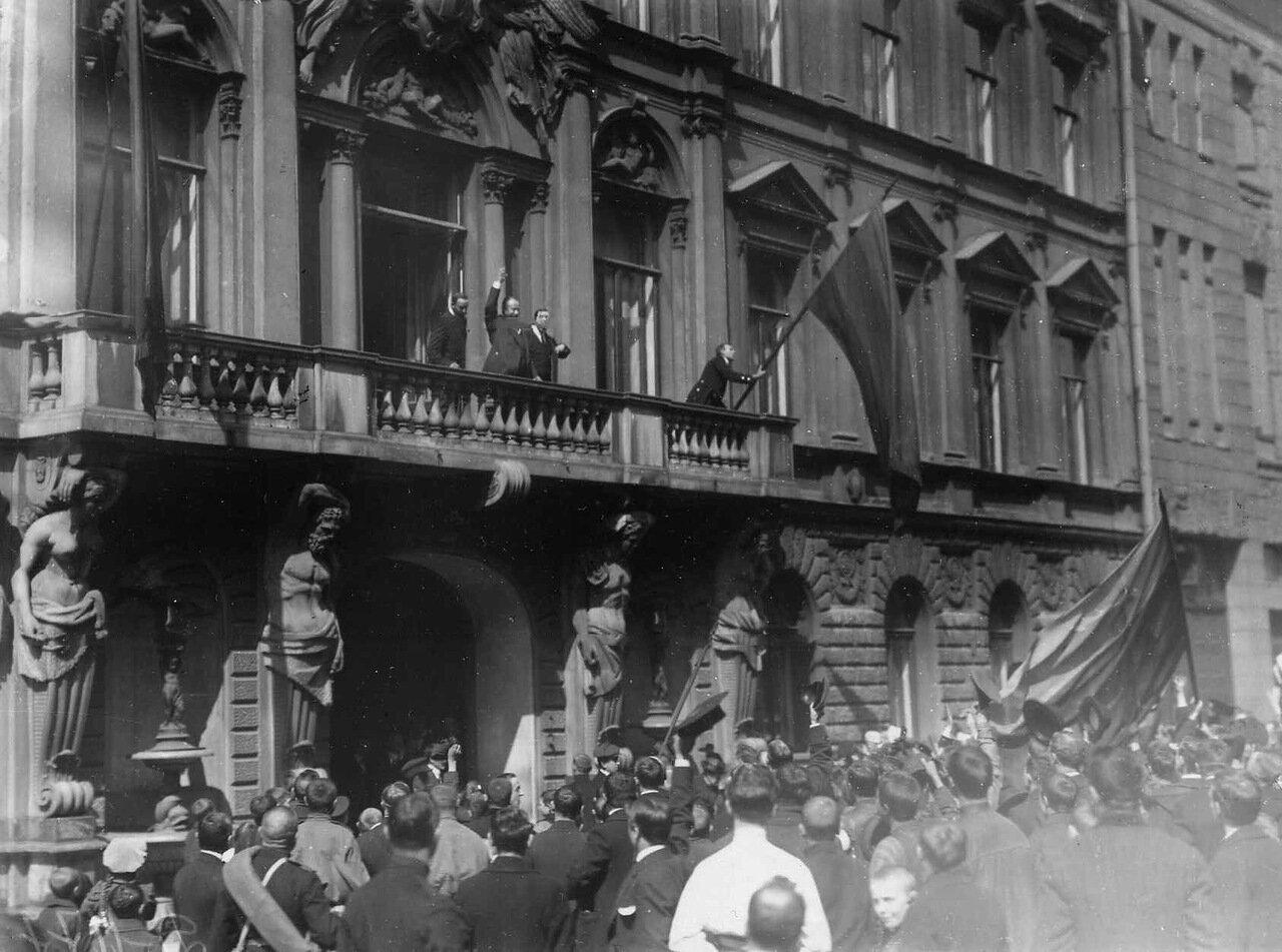 04. Манифестанты приветствуют посла и членов итальянского посольства по случаю объявления Италией войны Германии
