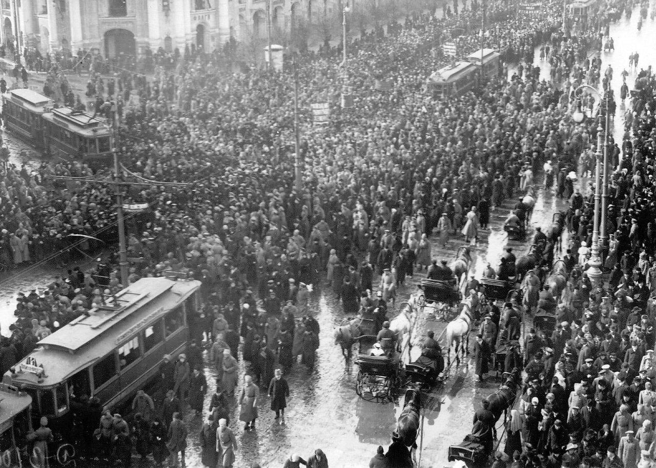 09. Колонна демонстрантов проходит по Невскому проспекту мимо Гостиного двора. 19 марта 1917
