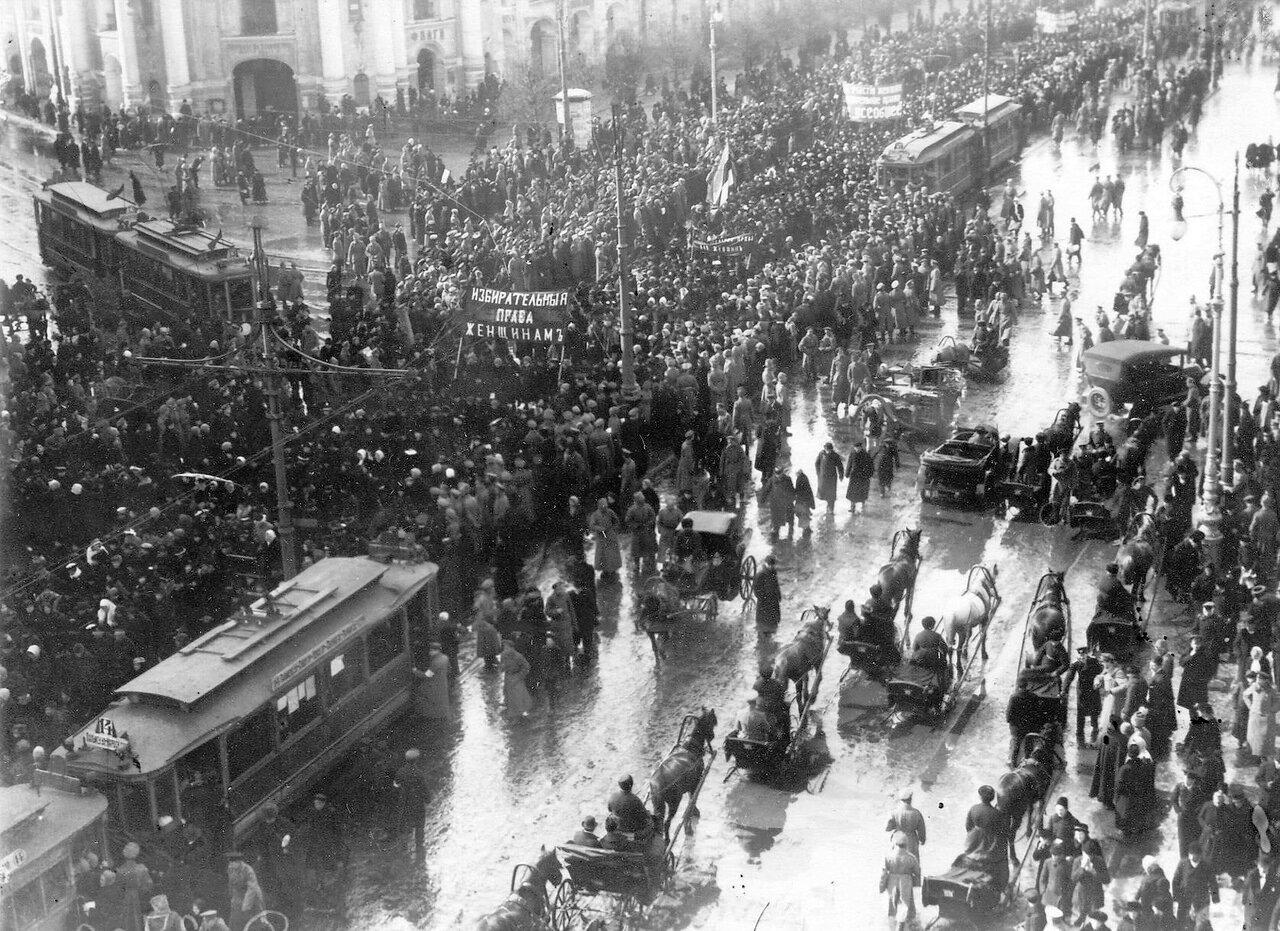 11. Колонна демонстрантов проходит по Невскому проспекту мимо Гостиного двора. 19 марта 1917