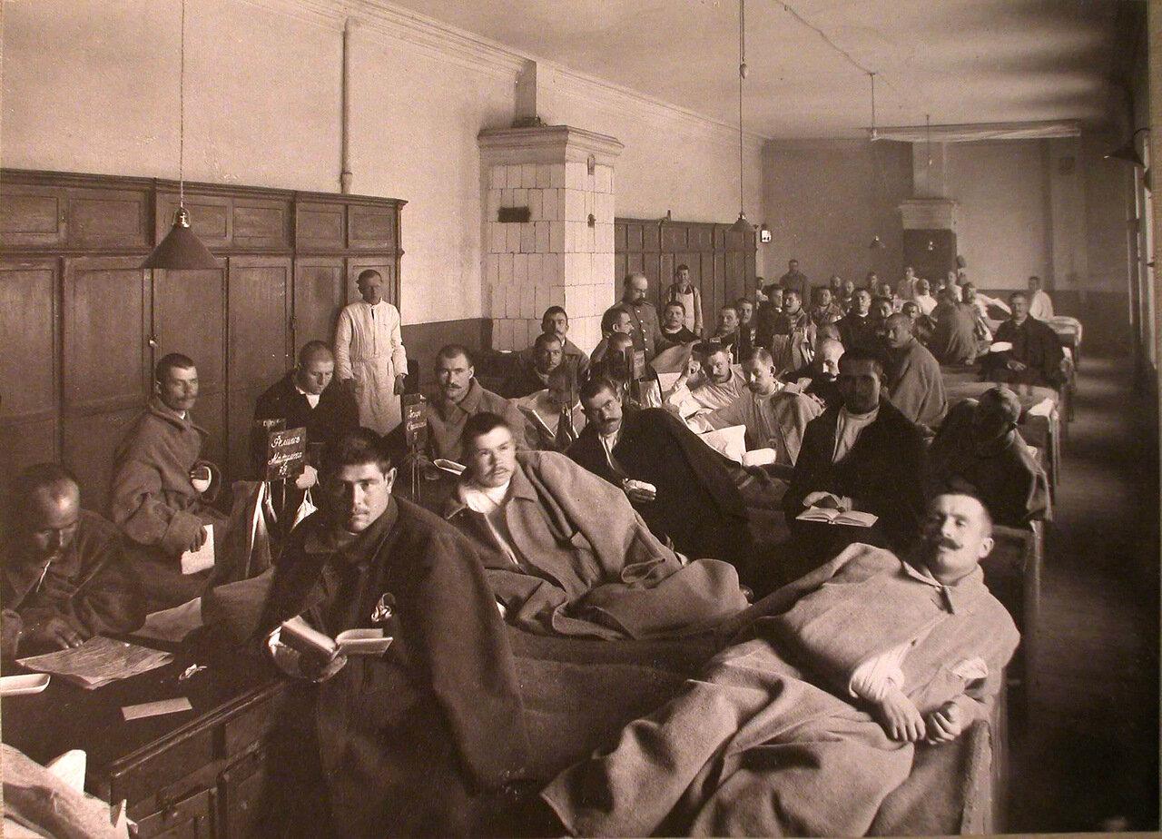 17. Раненые в палате лазарета, устроенного Московским градоначальством