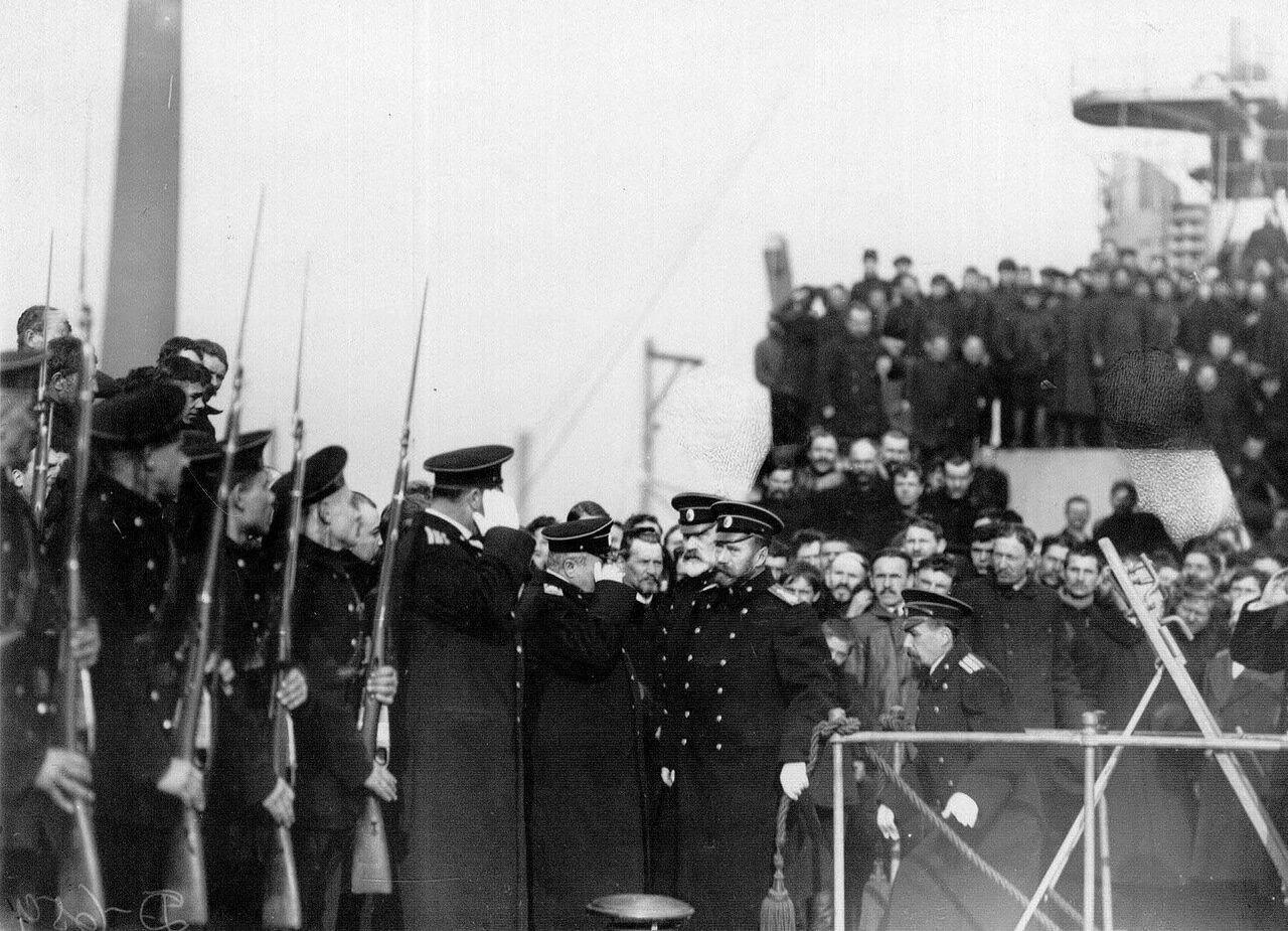 22. Император Николай II приветствует почетный караул перед спуском на катере Петергоф после посещения линкора