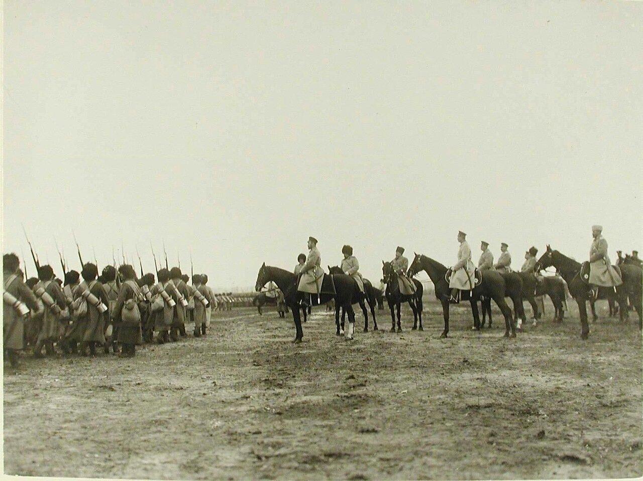 07. Император Николай II со свитой и великий князь Михаил Александрович во время смотра войск