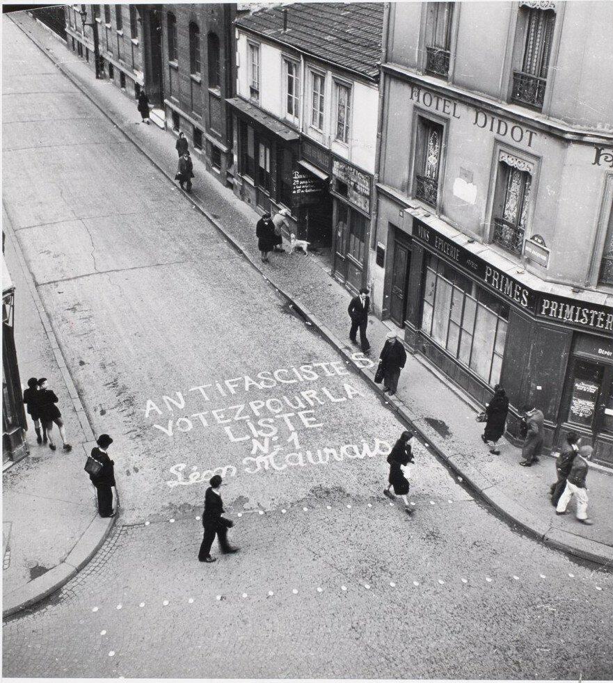 1945. Из-за дефицита бумаги предвыборная агитация перешла с заборов на тротуары и проезжую часть