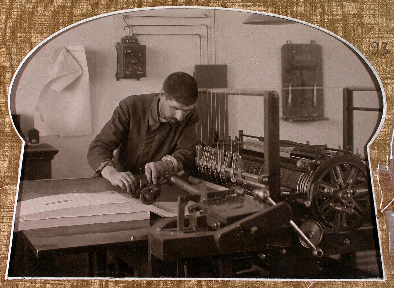 Рабочий типографии у линовальной машины