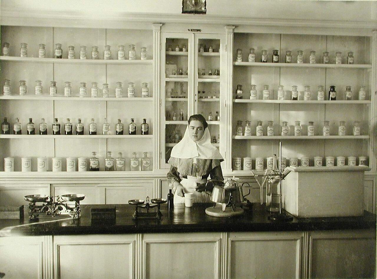10. Сестра милосердия в помещении больничной аптеки за приготовлением лекарств