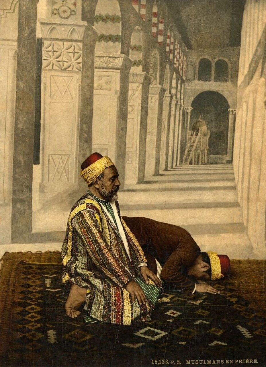 Мусульманин во время молитвы