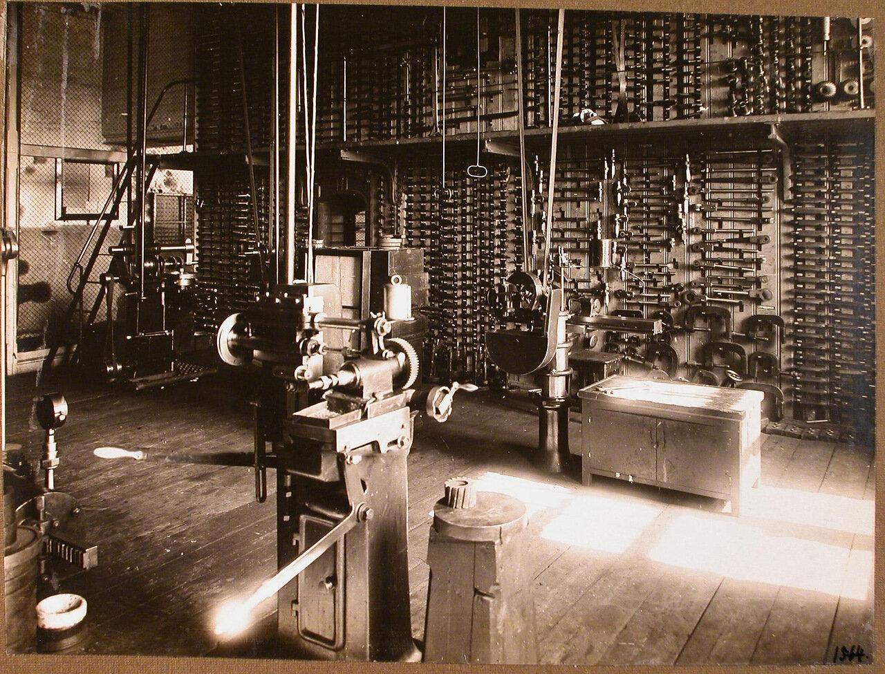 31. Вид станков (на переднем плане) и инструментов (трещеток, струбцинок, коловоротов и других) в одном из цехов мастерской