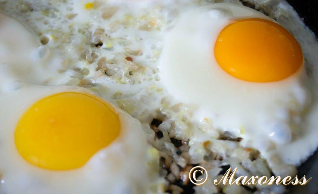 Яичница-глазунья с луком и свиным салом. Украинская кухня.