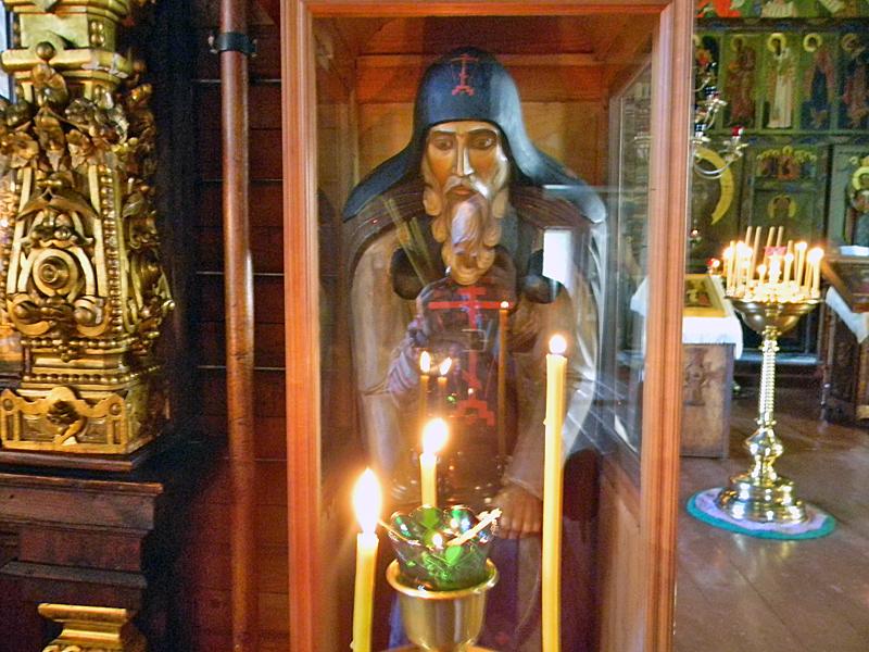 Деревянная скульптура Нила Столбенского в Великодворье
