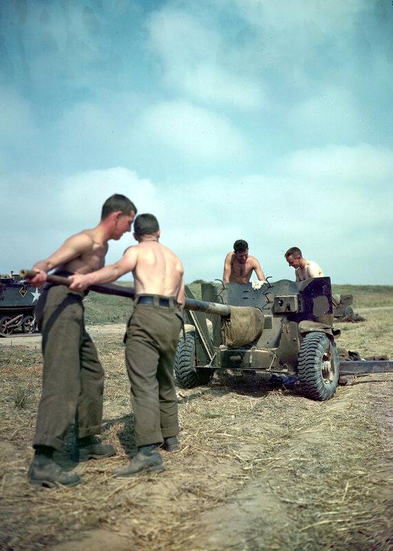 Ces artilleurs canadiens nettoient le canon d'une piece antichar de 6-pdr au moment de Operation Totalize