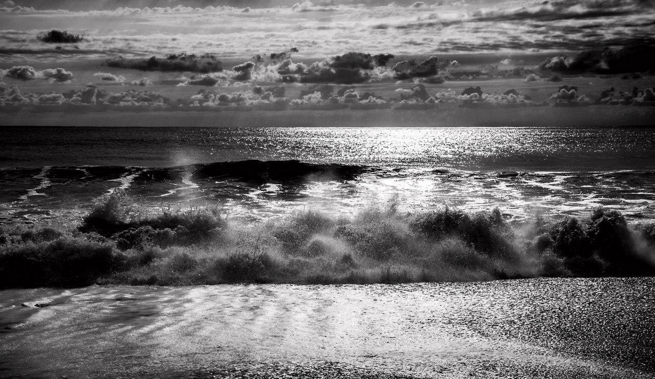 волны океана лучи слонца