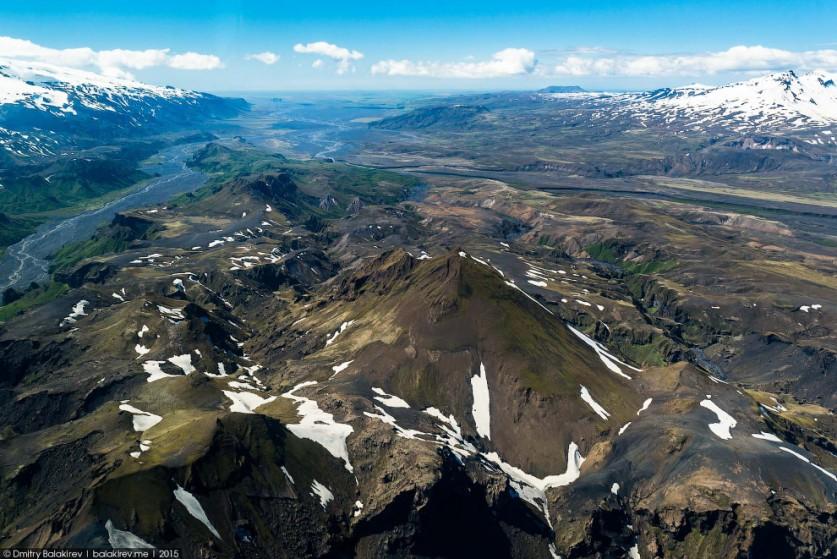 8. Мне кажется, всё это вулканы. Внизу виден чёрный пепел, который тут, судя по всему, уже много лет