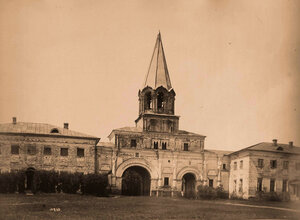 Вид части стены и каменные въездные ворота (постройка 1670-х гг.) в усадьбу. Коломенское с., близ Москвы