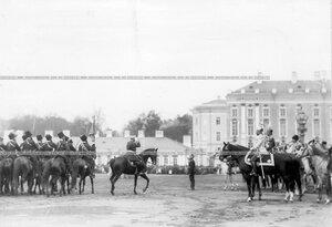Лейб-гвардии Собственный его императорского величества Конвой проходит маршем мимо императора Николая II и принца Фридриха-Вильгельма.
