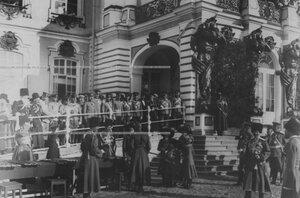 Император Николай II  и великая княжна Ольга Николаевна раздают награды конвойцам на плацу перед Большим Екатерининским  дворцом  в день  празднования 100-летнего юбилея Собственного Его Императорского Величества Кон