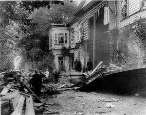 Дача П.А.Столыпина на Аптекарском острове, пострадавшая от взрыва. Полиция и П.А.Столыпин на месте происшествия.