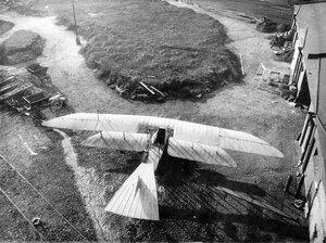 Аэроплан во дворе завода (вид сверху).