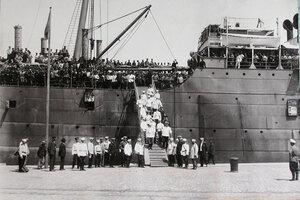 Группа офицеров, встречающих прибывших с Дальнего Востока эвакуируемых нижних чинов и запасных, на трапе парохода.