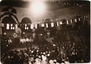 Выступление хора на сцене во время празднования Рождества нижними чинами авиароты.
