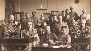 Группа военных чинов в отделении телеграфа штаба за работой на аппаратах Юза.