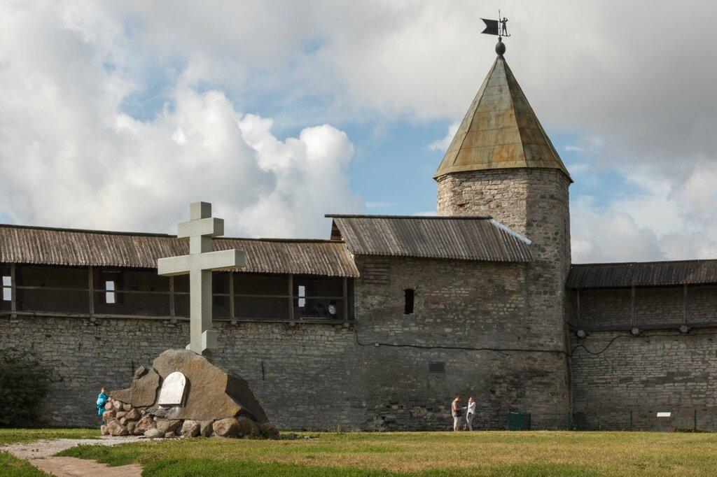 Памятный крест на месте Благовещенского собора и Довмонтова башня